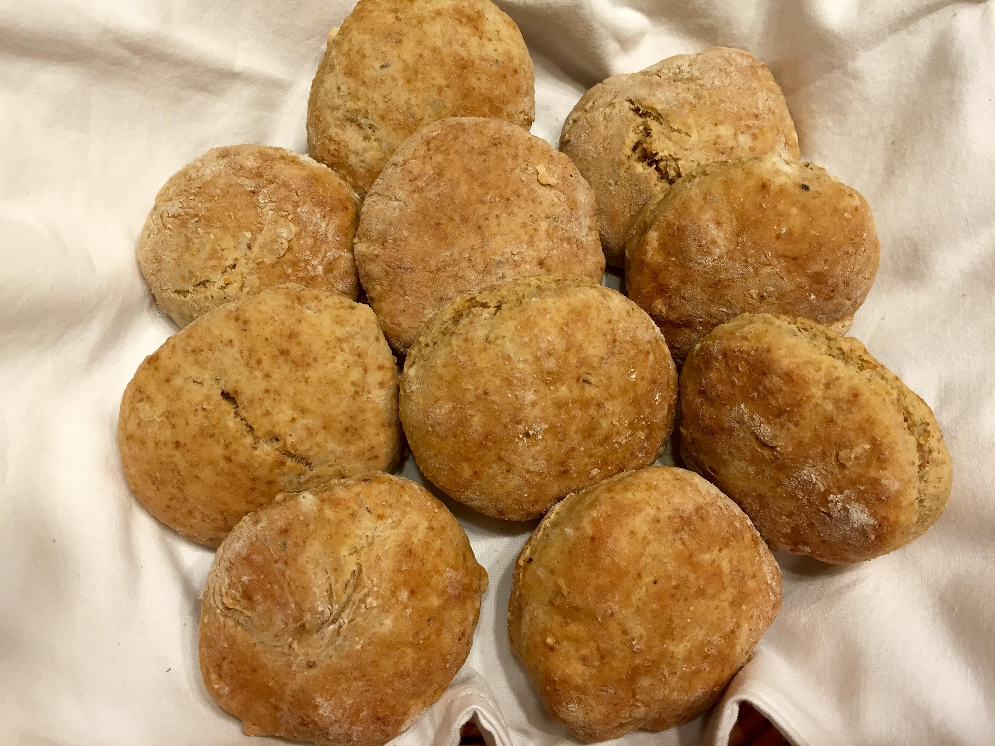 Skonssit eli teeleivät  pähkinätwistillä