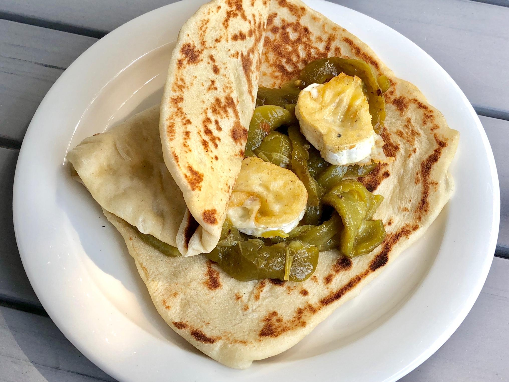 Laffa-leipä algerialaisella paprikasalaatilla ja grillatulla vuohenjuustolla